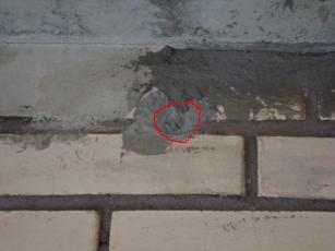 Миниатюрная видеокамера на лестничном балконе