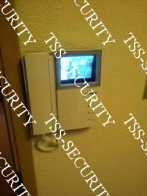 Видеодомофон у рабочего места секретаря.