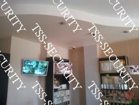 Видеонаблюдение в магазине. Монитор у кассы в тогрговом зале.