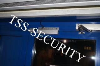 Установка СКД на складе. Электромагнитный замок и доводчик на входной двери.
