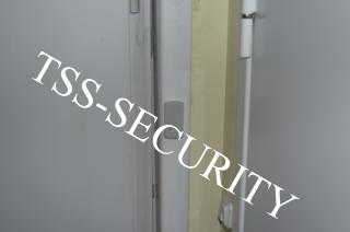 Установка СКД на складе. Считыватель систем контроля и управления доступом.