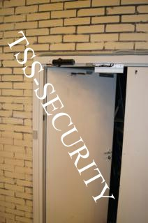 Установка СКД на складе. Считыватель для карточек доступа, замок и доводчик.