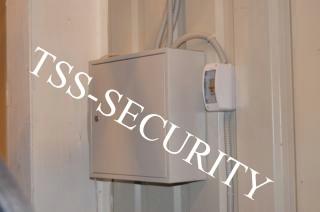 Установка видеонаблюдения на складе. Щит системы охранного видеонаблюдения.